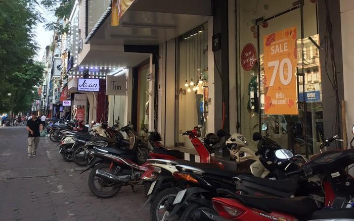 Mua quần áo dịp giao mùa tiết kiệm với cơn bão giảm giá ở Hà Nội