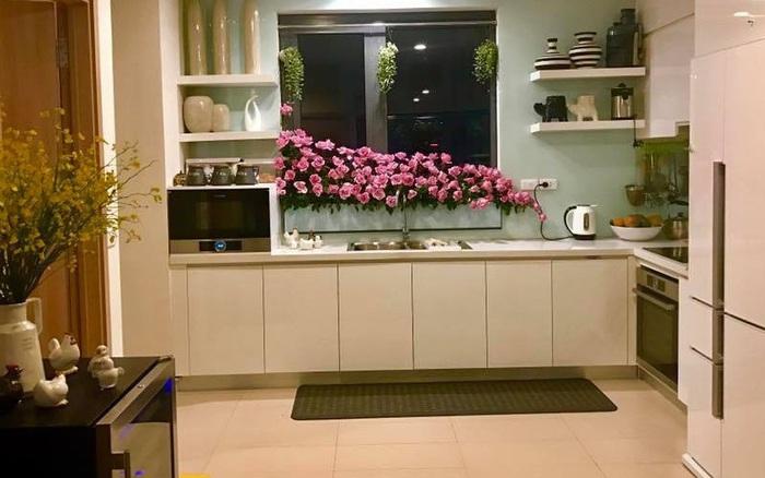 Căn bếp thơm hương của bà mẹ yêu thích cắm hoa trang trí nơi nấu nướng ở Hà Nội