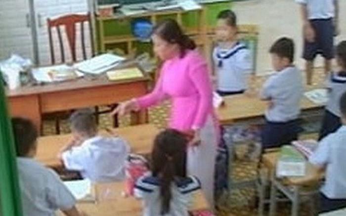 cô giáo đánh và véo tai liên tục hàng loạt học sinh