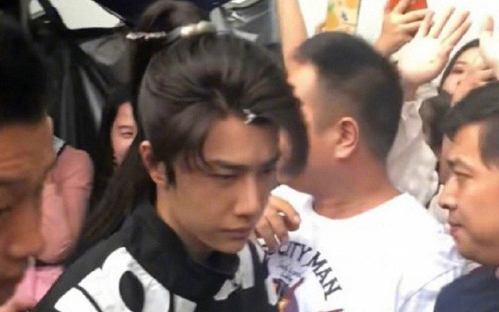 Vương Nhất Bác chen lấn đám đông ở phim trường, nhan sắc người tình Triệu Lệ Dĩnh ...