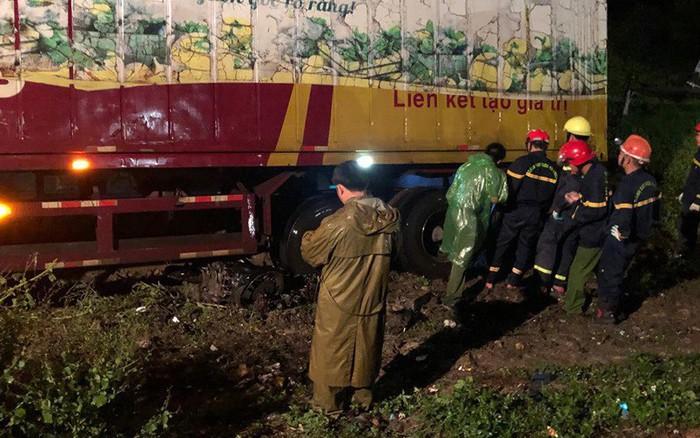 Thanh Hóa: Kinh hoàng container cuốn cả người và xe máy vào gầm