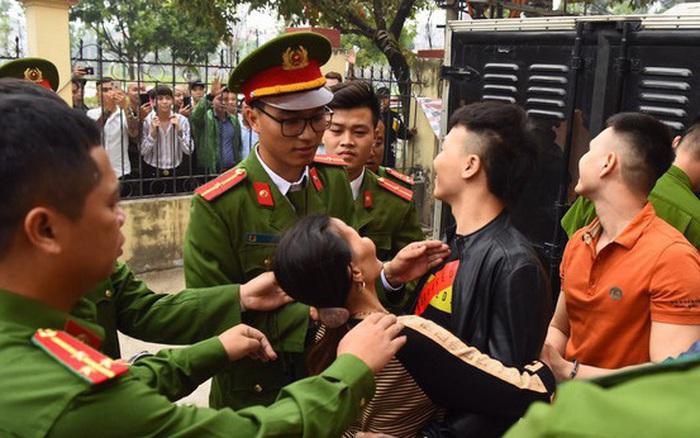 """Mẹ Khá """"bảnh"""" ôm chầm con trai trước sân tòa"""