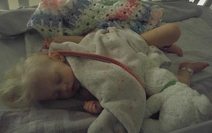 Mẹ chết lặng khi con gái 2 tuổi suýt mất mạng vì được mẹ cho uống quá nhiều sữa mỗi ...