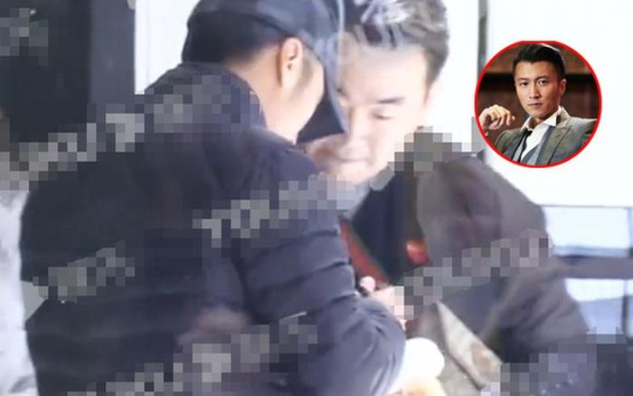 Tạ Đình Phong bị bắt gặp tới khu phố nơi Vương Phi đang ở, không những vậy còn mang theo ...