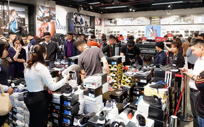 Hà Nội: Trung tâm thương mại giảm giá mạnh dịp Black Friday