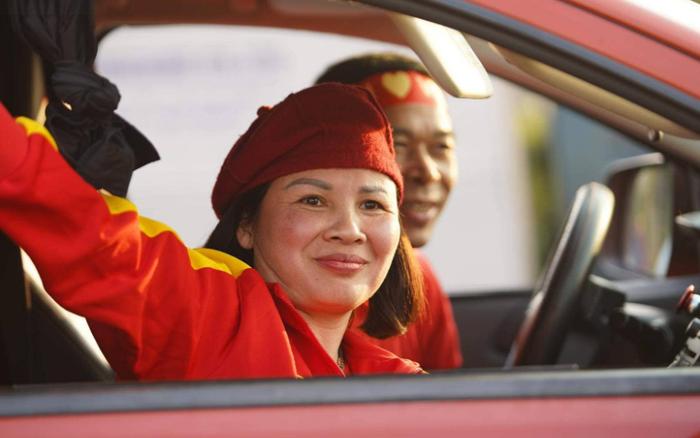 Trước giờ đội tuyển quốc gia về nước: Mẹ Quang Hải, Hoàng Loan đã đến sân bay, ...