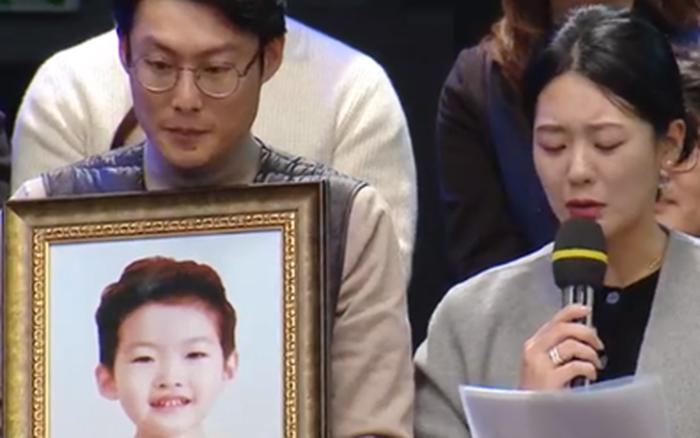Bé trai 9 tuổi qua đường bị ô tô đâm tử vong: Bố mẹ nạn nhân ...