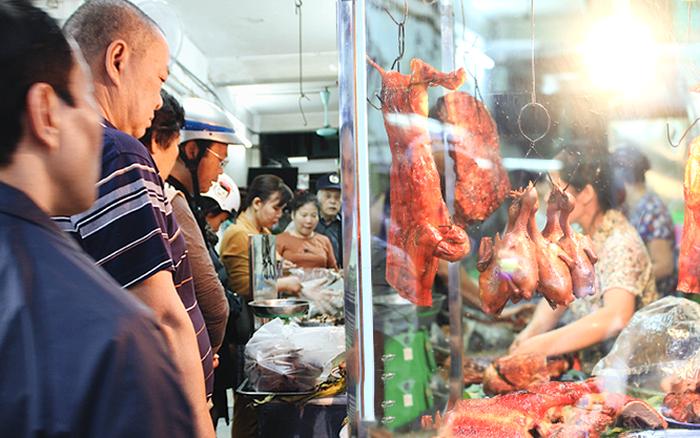Hàng thịt quay lâu đời nhất Hà Nội, hơn 50 năm vẫn khiến khách xếp ...