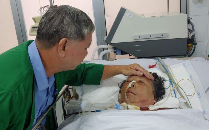 Nghẹn ngào cảnh chồng chăm vợ lớn hơn 11 tuổi thoi thóp trên giường bệnh