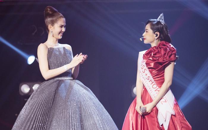 """Ngọc Trinh trao vương miện """"Hoa hậu Showbiz"""" cho Chi Pu ngay trên ..."""