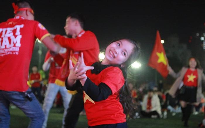 CĐV nhí quẩy trên nền nhạc vinahouse khi U22 Việt Nam liên tục ghi bàn