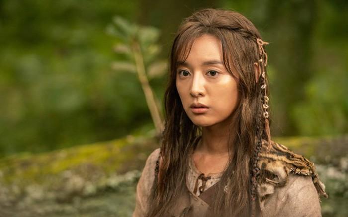 Người đẹp sánh vai Song Joong Ki trong phim mới bị chê kém sắc, lộ quầng thâm mắt mệt ...