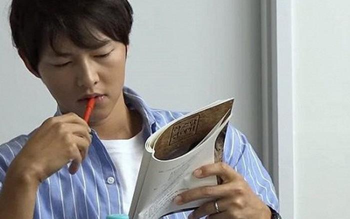 Song Joong Ki bất ngờ khoe nhẫn cưới sau tin đồn ngoại tình, ngay trong buổi đọc kịch bản với mỹ ...