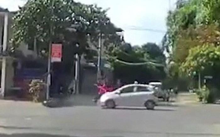 """Clip: """"Nữ ninja"""" đi SH vượt đèn đỏ bị taxi tông ngã nhào ra đường"""
