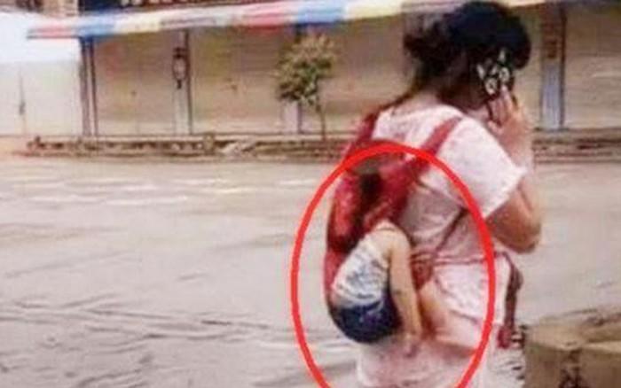 Thót tim nhìn cảnh bà mẹ địu con đi trên đường, chỉ 1 sơ suất nhỏ mà bé có nguy cơ rơi ngã bất cứ lúc nào - kết quả xổ số đồng nai