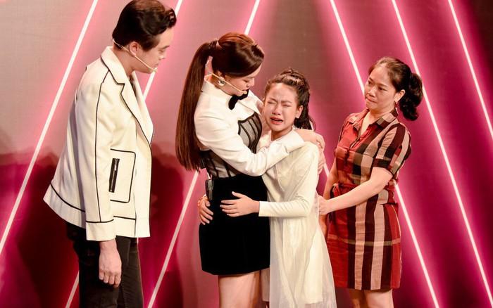 Phạm Quỳnh Anh ôm học trò rồi bật khóc nức nở ở hậu trường The Voice Kids