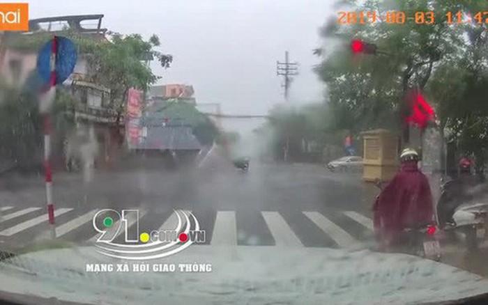 Mưa bão số 3: Người giúp dọn cây đổ giữa đường, người cố vượt đèn đỏ