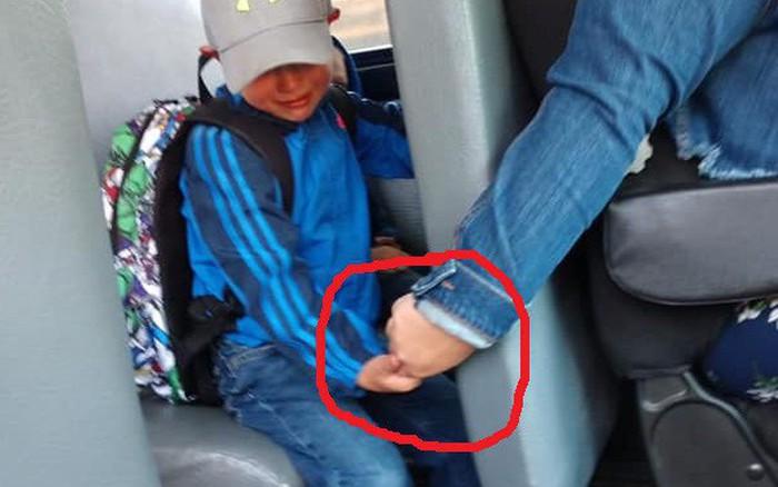 Bức ảnh chụp bé trai khóc sướt mướt ngày đầu tiên đi học và hành động của ...