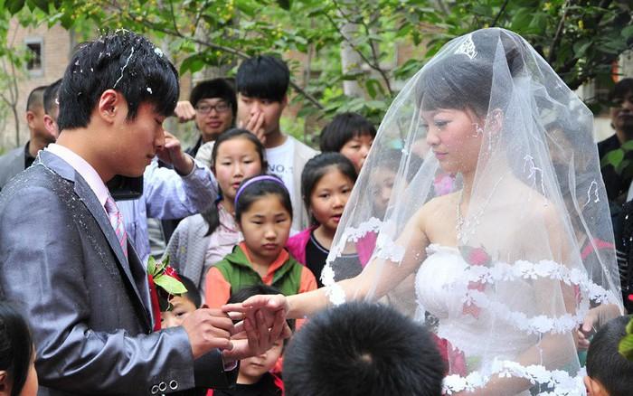 Cô dâu được tặng cả cây vàng cưới nhưng vẫn muốn ôm váy bỏ chạy