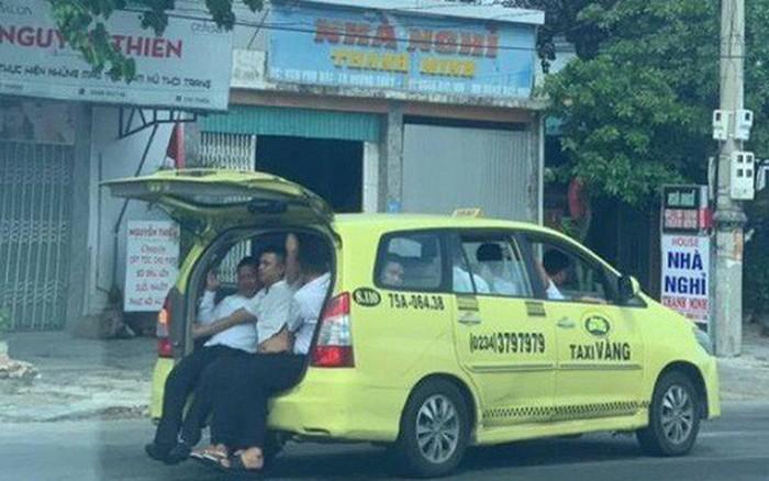 Taxi 7 chỗ ''nhồi'' 11 người, 3 người ngồi cốp xe như ''làm xiếc''