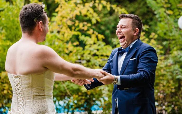 Chờ đợi mãi để thấy cô dâu trong bộ váy cưới, chú rể không ngờ lại bị chơi ...
