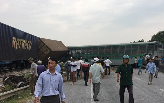 Kinh hoàng tàu hỏa đút toa văng trúng vào người đi đường sau khi tông xe tải