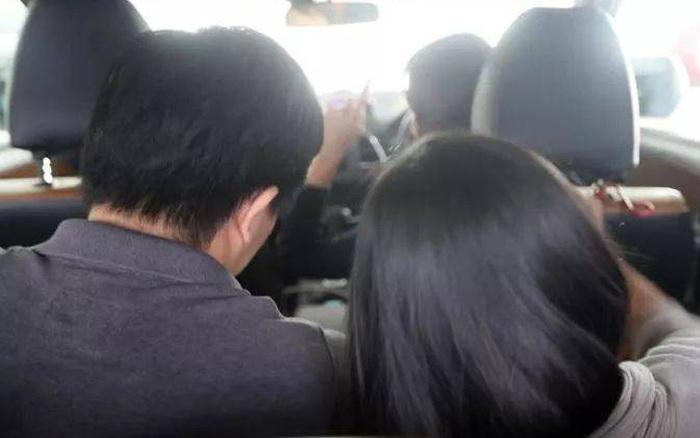 Thấy 2 vị hành khách thân mật quá mức ở băng ghế sau, nữ tài ...