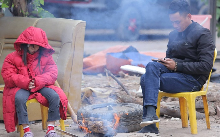 Không khí lạnh tăng cường, người Hà Nội co ro bên đống lửa trong tiết ...