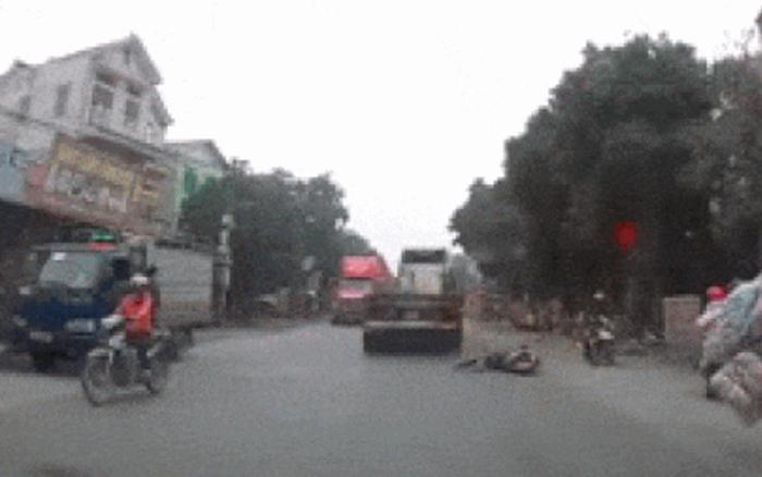 Nữ sinh suýt chút nữa nằm dưới bánh xe tải ngày 27 Tết
