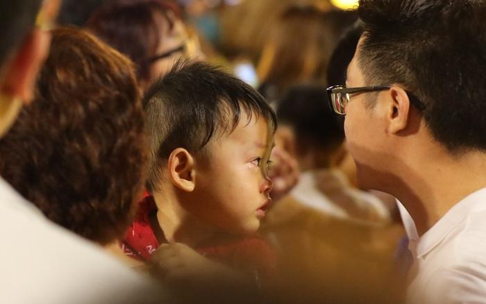Hàng nghìn người đổ xô đi dự khai mạc đường hoa Nguyễn Huệ, nhiều em ...