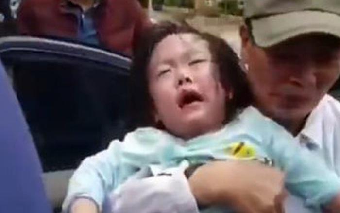 Hi hữu ngày Tết: 2 bé gái mắc kẹt trong ô-tô vì ...