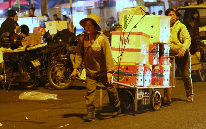Nhiều người lao động ở chợ đầu mối Long Biên Tết vẫn là những ngày vất vả mưu ...