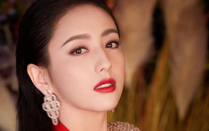 Làm MC show Tết mà đẹp hơn Hoa hậu, Đồng Lệ Á chiếm ngôi ...