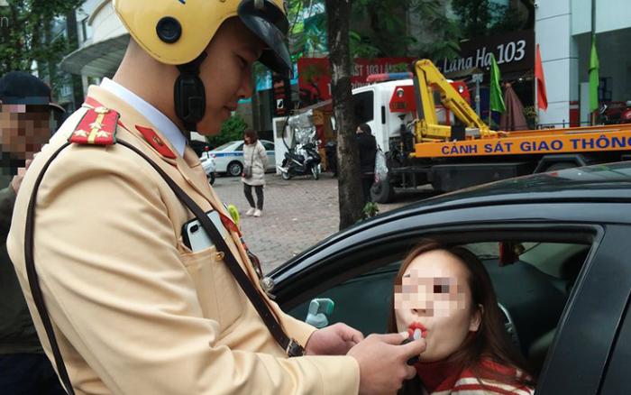 Hà Nội: Sau khi kiểm tra nồng độ cồn, người phụ nữ đề nghị cảnh sát lau hộ son ống thổi