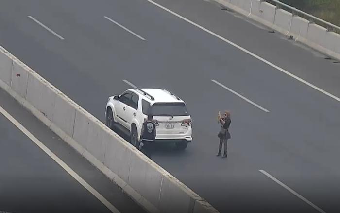 Cặp đôi 9X thản nhiên dừng xe trên cao tốc để chụp ảnh ngày mồng 3 Tết