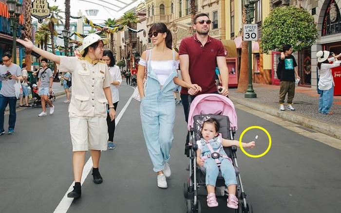 Ngắm tiểu công chúa Myla đi chơi Singapore, ai cũng tò mò về chiếc ...