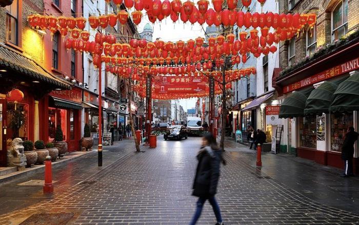 Đâu chỉ có Trung Quốc, cộng đồng người Hoa ở Anh cũng chật vật trước dịch viêm ...
