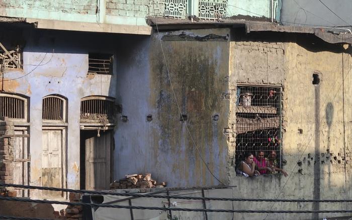 Phận đời cơ cực của những người phụ nữ sống lay lắt trên con phố mại dâm khét ...