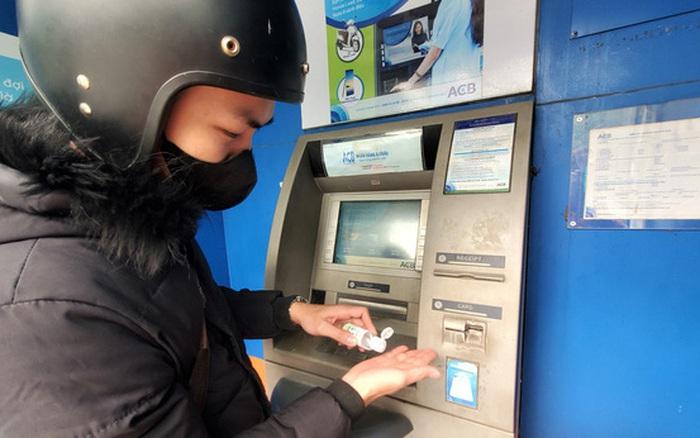 Tiếp xúc hàng trăm người⁄ngày nhưng ATM không ...