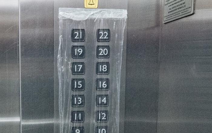 Bọc nylon nút bấm, yêu cầu cư dân không nói chuyện hay nghe ...